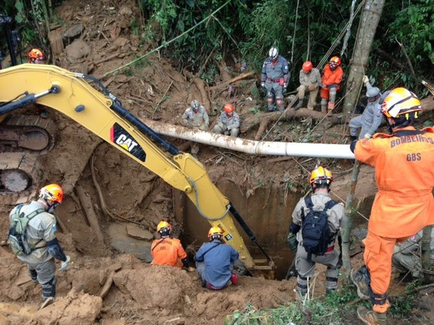 Equipes dos Bombeiros trabalham na busca de desaparecidos no bairro Quitandinha (Foto: Maria Valente)