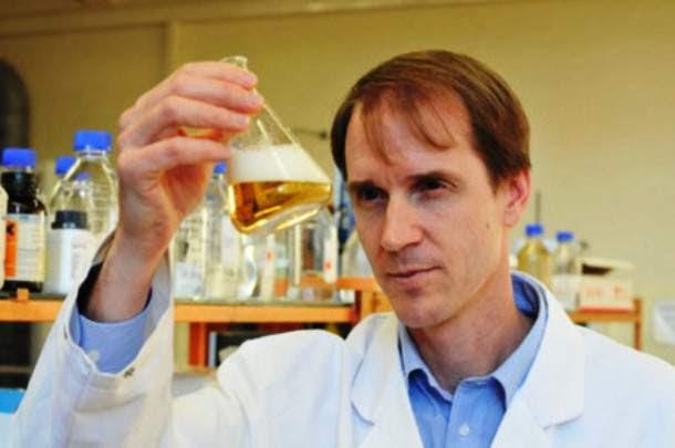 realdoctorstu.com-scientist-looking-at-beer