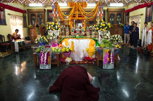 Karmapa pays respects to late HH Jigdal Dagchen Sakya Rinpoche - The 17th Karmapa: Official website of Thaye Dorje, His Holiness the 17th Gyalwa Karmapa