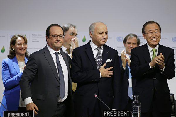 北京今天(3日)上午宣布将正式批准巴黎协议,为稍晚美中对抗全球暖化的联合声明铺路。图为去年12月195个国家通过巴黎协议。(PHILIPPE WOJAZER/AFP/Getty Images)