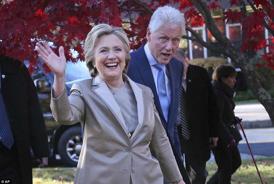 Os assessores de Hillary Clinton encomendou uma pesquisa de vulnerabilidade sobre o candidato presidencial prospectivo de dois meses antes de ela lançou sua campanha.  Ela é retratado votar hoje