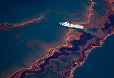 foto laut ketika tercemar minyak angkatigabelas