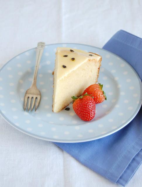 White chocolate cake with passion fruit glaze / Bolo de chocolate branco com glacê de maracujá