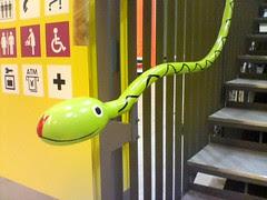 階段の手すりがヘビ
