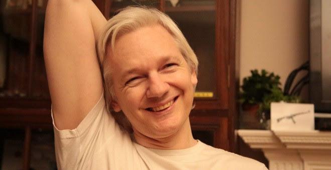 El fundador de Wikileaks, Julian Assange, en una imagen que ha colgado este viernes en su cuenta de Twitter.
