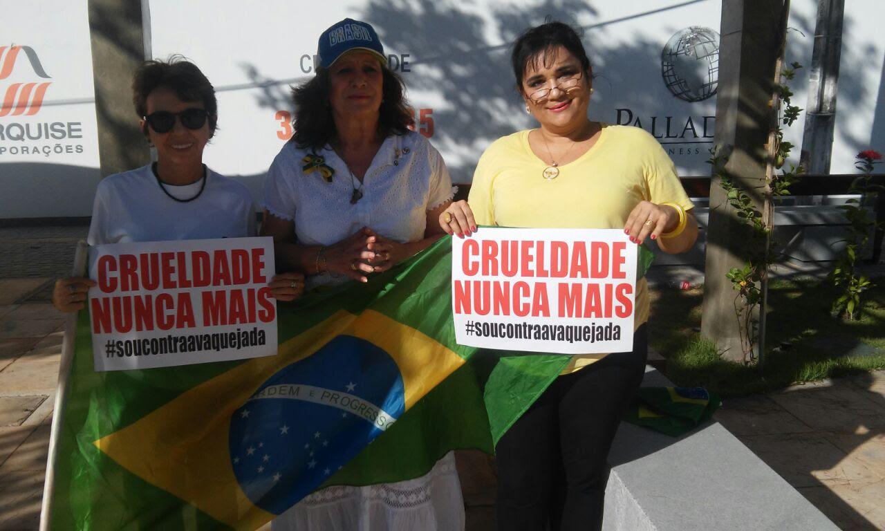 Manifestantes se reuniram na Praça Portugal, em Fortaleza (FOTO: Reprodução)