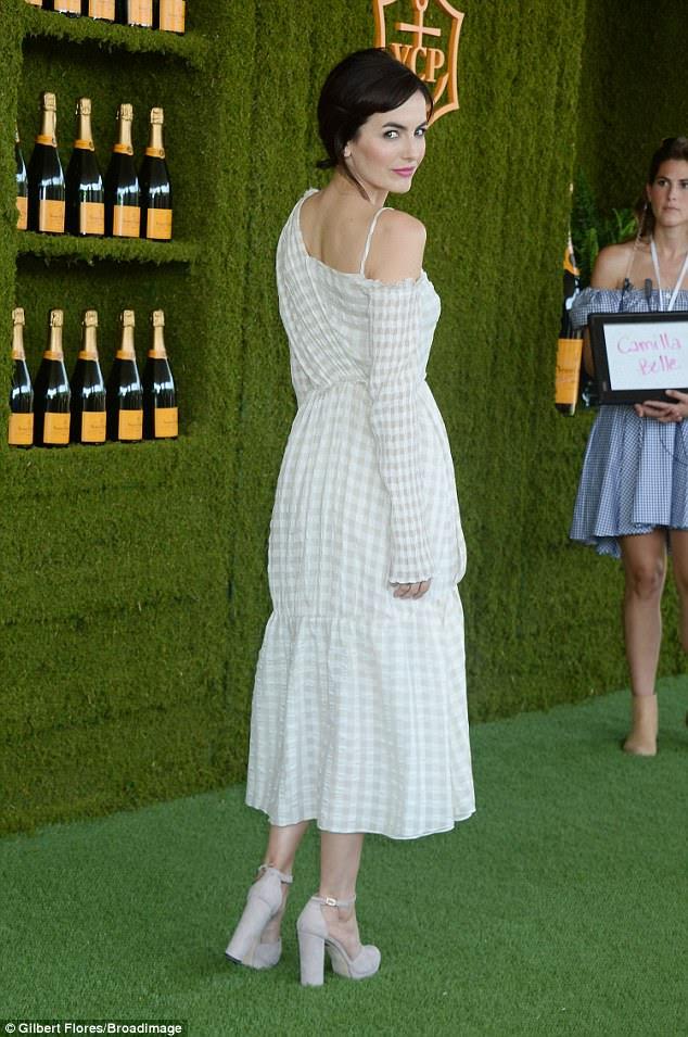 Ela é incrível: a linda atriz, de 31 anos, emparelhou o vestido com saltos de creme de Mary Jane e uma bolsa de mão de estilo tecido