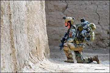 Forças Especiais dos EUA soldado fornece a segurança durante a limpeza operação com comandos afegãos, distrito Zharay, província de Kandahar, no Afeganistão.