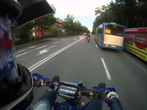 video que muestra a un motorista chocandole los 5 a un conductor de autobus