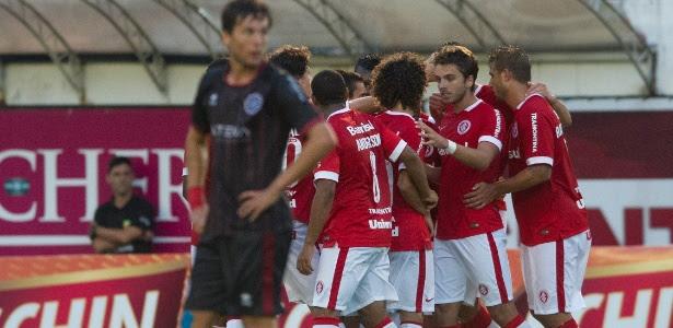 Jogadores do Inter comemoram gol de Claudio Winck contra o Caxias pelo Gauchão
