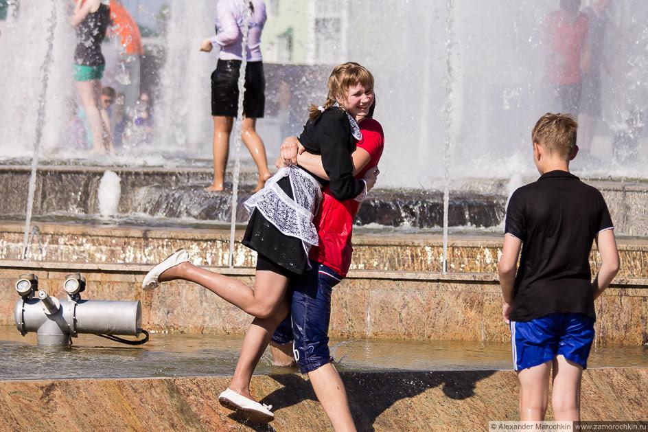 Школьницу окунают в фонтан