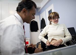 Paciente injeta hormônio gonadotrofina coriônica para emagrecer, com o médico Lionel Bissoon, em Nova York