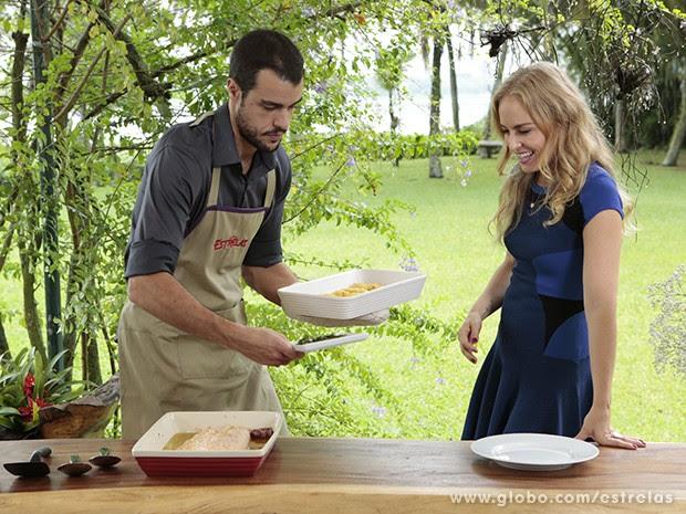 Angélica e Joaquim Lopes se divertem na cozinha (Foto: Felipe Monteiro / TV Globo)