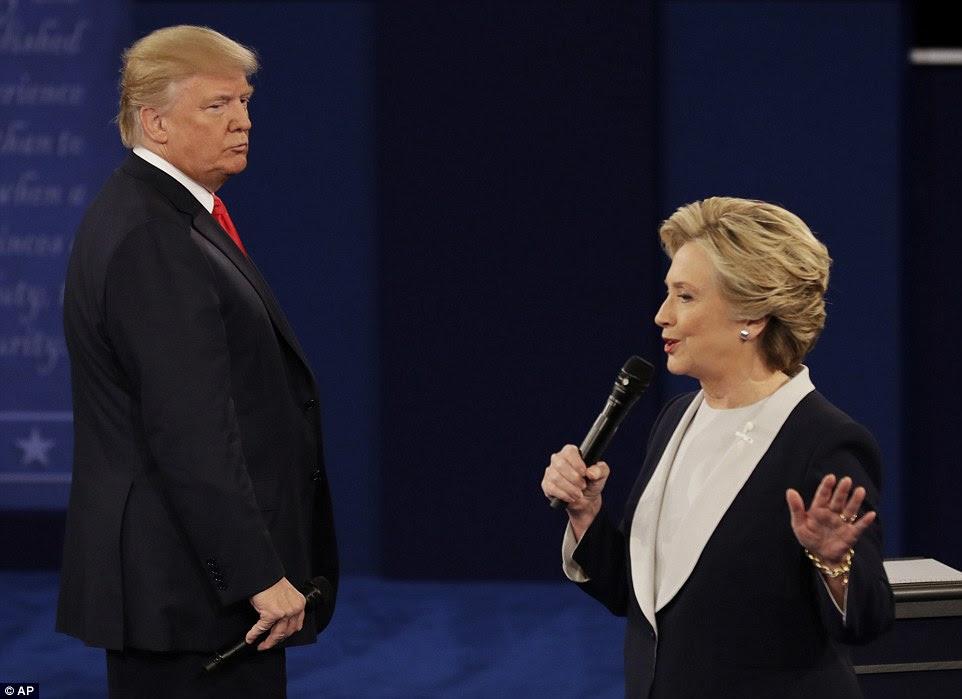candidato presidencial republicano Donald Trump encara candidato presidencial democrata Hillary Clinton como ela fala
