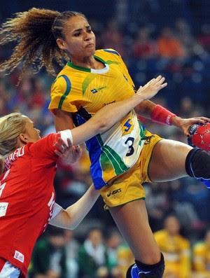 ALEXANDRA   brasil x dinamarca semifinam mundial handebol   (Foto: AFP)