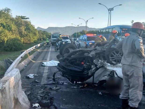 Corpo de um dos mortos ficou ao lado do carro; outros 2 ficaram presos às ferragens (Foto: Debora Fonseca / Arquivo pessoal)