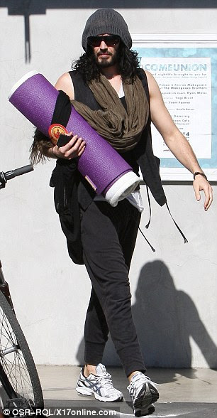 Algum tempo zen: Russell Brand manteve o rosto escondido sob óculos escuros e um chapéu de lã enquanto saía de uma aula de ioga em Los Angeles neste fim de semana