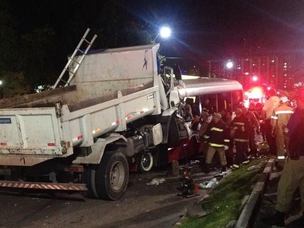 Seis viaturas do Corpo de Bombeiros foram deslocadas para o local do acidente (Foto: Jamile Alves/G1 AM)