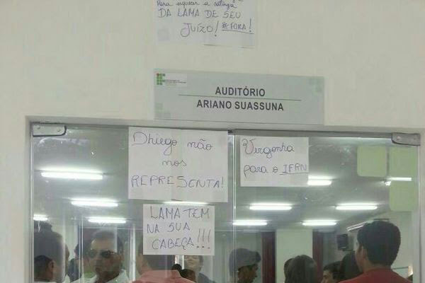 Protesto: alunos fixam cartazes pedindo demissão de professor