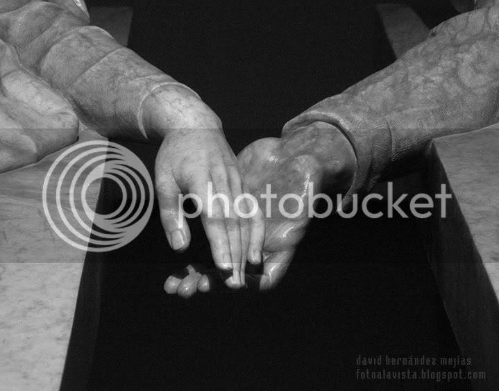 Detalle de las manos de la escultura de los amantes de Teruel