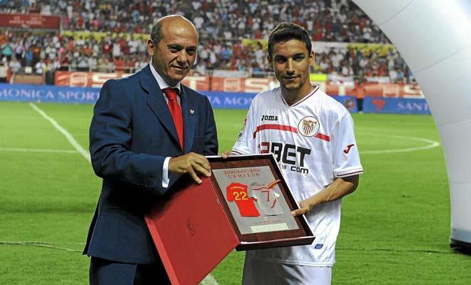 Jesús Navas fue el único campeón del Mundo de la cita sudafricana que estuvo presente en el Pizjuan y el club se lo agradeció con un homenaje.