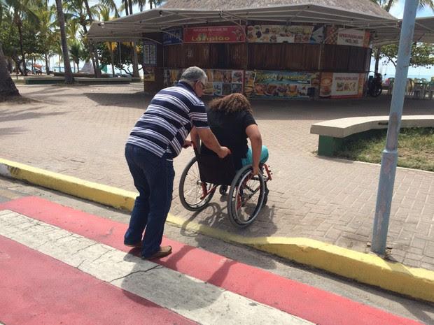 Cadeirante precisa de ajuda para subir na rampa porque ela é muito alta (Foto: Michelle Farias/G1)