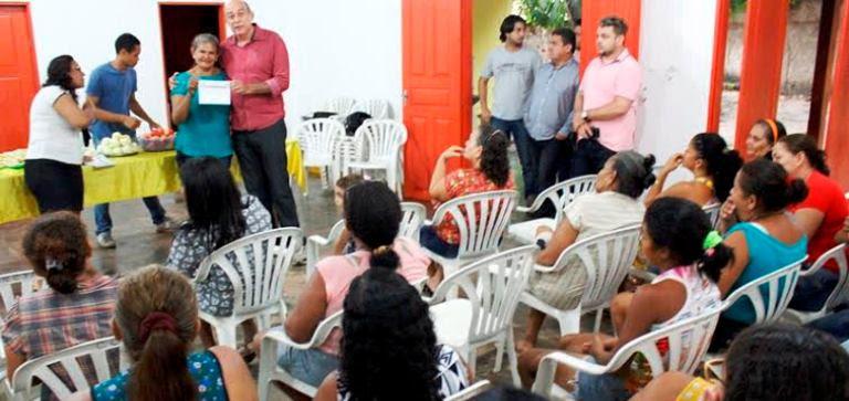 Ribamar Alves entrega diploma de capacitação a formanda..