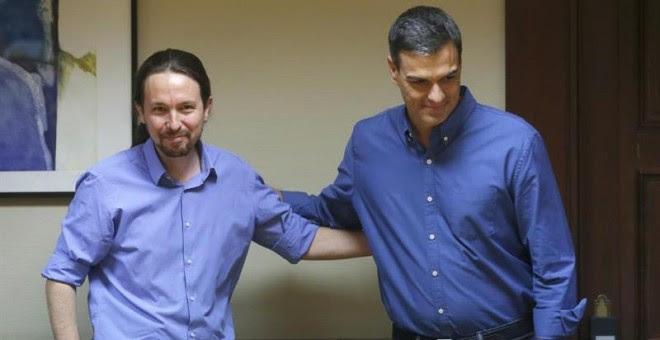 Los líderes de Podemos, Pablo Iglesias (i) y del PSOE, Pedro Sánchez, se saludan durante la reunión mantenida con sus equipos en el Congreso, en el inicio de las negociaciones para buscar acuerdos parlamentarios. /EFE