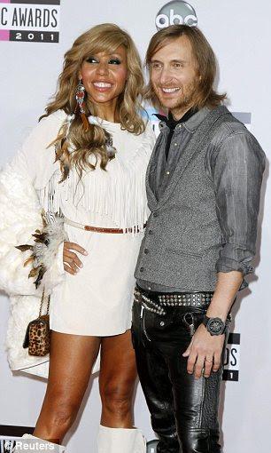 Casais fofos David Guetta e sua esposa Cathy e Amy Heidemann posou com sua banda Nick membro Noonan no tapete vermelho
