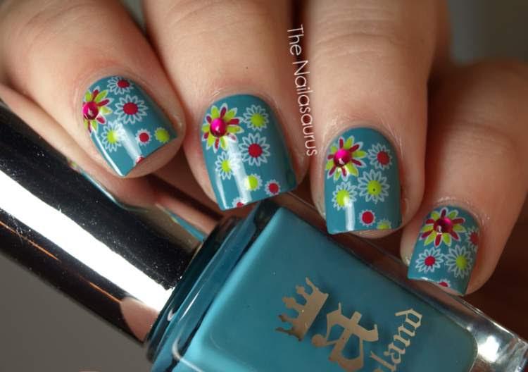 flores desenhadas nas unhas