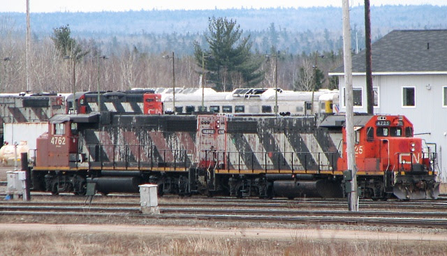 CN 4762 and 4725 in Moncton, 2009/04/11