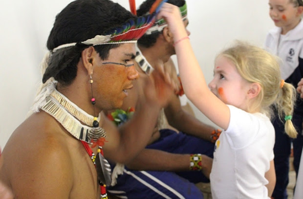Klekeiniho, da tribo Fowá Fulni-ô, de Pernambuco interage com Maria, aluna do Colégio Sidarta, em São Paulo (Foto: Divulgação)