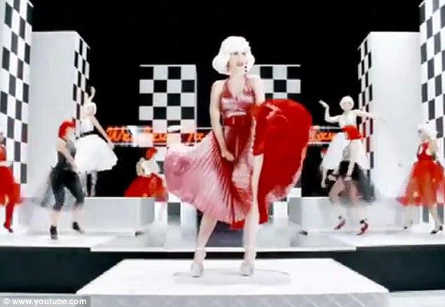 O Pecado Mora ao Lado: Perry recriada a cena icônica abertura, mas em vermelho PVC ao invés de chiffon branco