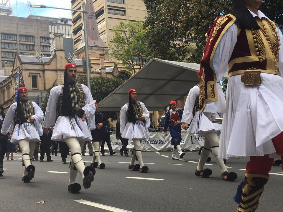 Τρομερή εικόνα από την Αυστραλία: Δείτε την συγκίνηση του Εύζωνα όταν άκουσε για την Ελλάδα! - Εικόνα3