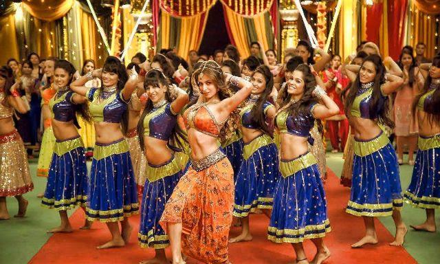 ماليكا أرورا خان في لقطة من أغنية Fashion Khatam Mujh Pe