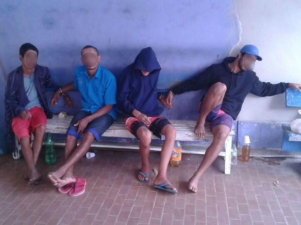 Presos ficaram mais de 12 horas algemados em uma barra de ferro (Foto: Arquivo Pessoal)