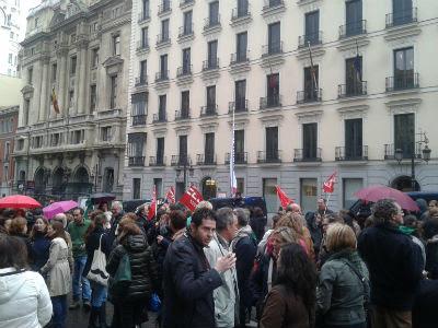 Concentración de la 'marea verde', esta tarde, frente a la Consejería de Educación de Madrid. PÚBLICO