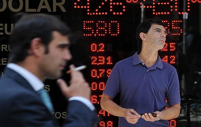 Argentinos sacaron casi 18.500 millones de dólares del sistema financiero en 2011