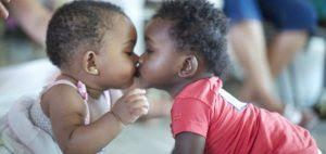 Orfanato procura doadores de cafuné, carinho e amor para crianças que esperam adoção