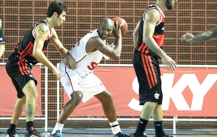Leandrinho Pinheiros e Flamengo NBB (Foto: Ricardo Bufolin / ECP)