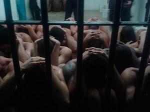 Os 70 presos amotinados foram contidos com balas de borracha e bombas de efeito moral em Macaíba, RN (Foto: Anderson Barbosa/G1)