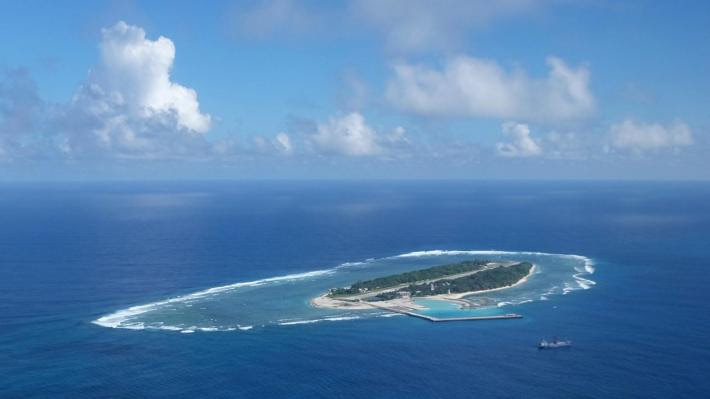 Ένα από τα τεχνητά νησιά που κατασκευάζει η Κίνα στη Ν. Κινεζική θάλασσα (πηγή: ΑΡ)