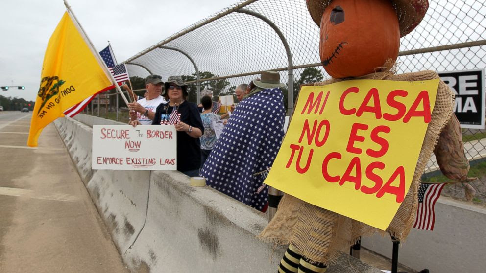 PHOTO: Protesters line the overpass during a protest against people who immigrate illegally, July 19, 2014, in Conroe, Texas.