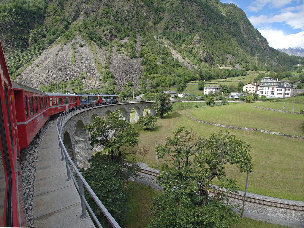 Viaduto ferroviário em espiral Brusio na Suíça 09