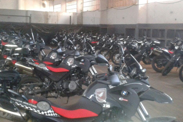 Motos da marca MBW continuam paradas no pátio da Rocam