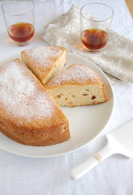 Almond and raisin cake / Bolo de amêndoa e passas