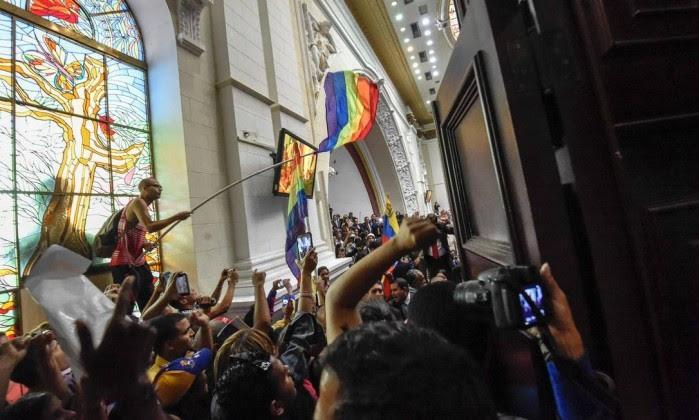 Manifestantes interrompem a sessão da Assembleia Nacional venezuelana     (Foto: JUAN BARRETO / AFP )