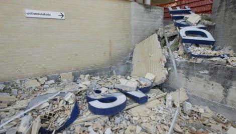 Escombros en un hospital en L'Aquila. | Peri Percossi/Efe