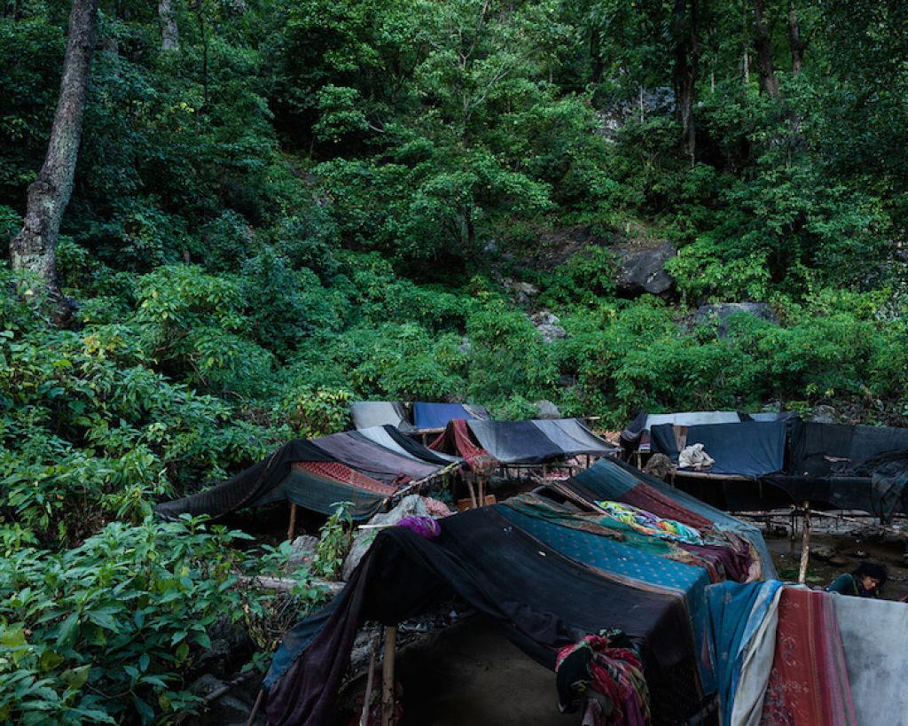 Fotógrafo documenta os últimos caçadores-coletores de tribo do Himalaia 05