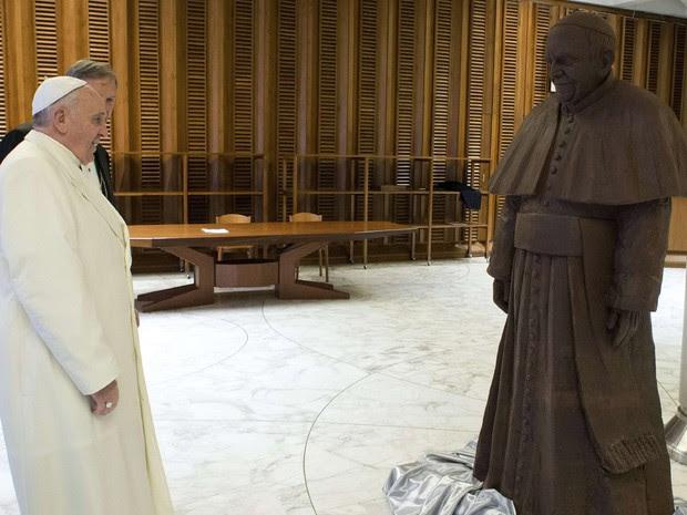 Em foto divulgada pelo Vaticano o Papa Francisco olha para sua estátua feita de chocolate, que ele recebeu como um presente na quarta-feira (5). (Foto: Osservatore Romano/Reuters)
